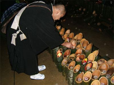 6434本並ぶ竹筒に立てられたロウソクに献灯